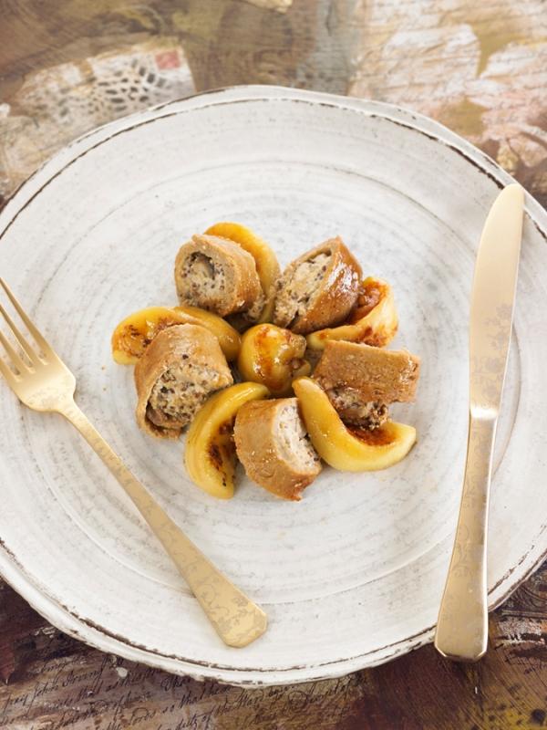 Rollo de seitan relleno de setas, almendra y mostaza con  manzana